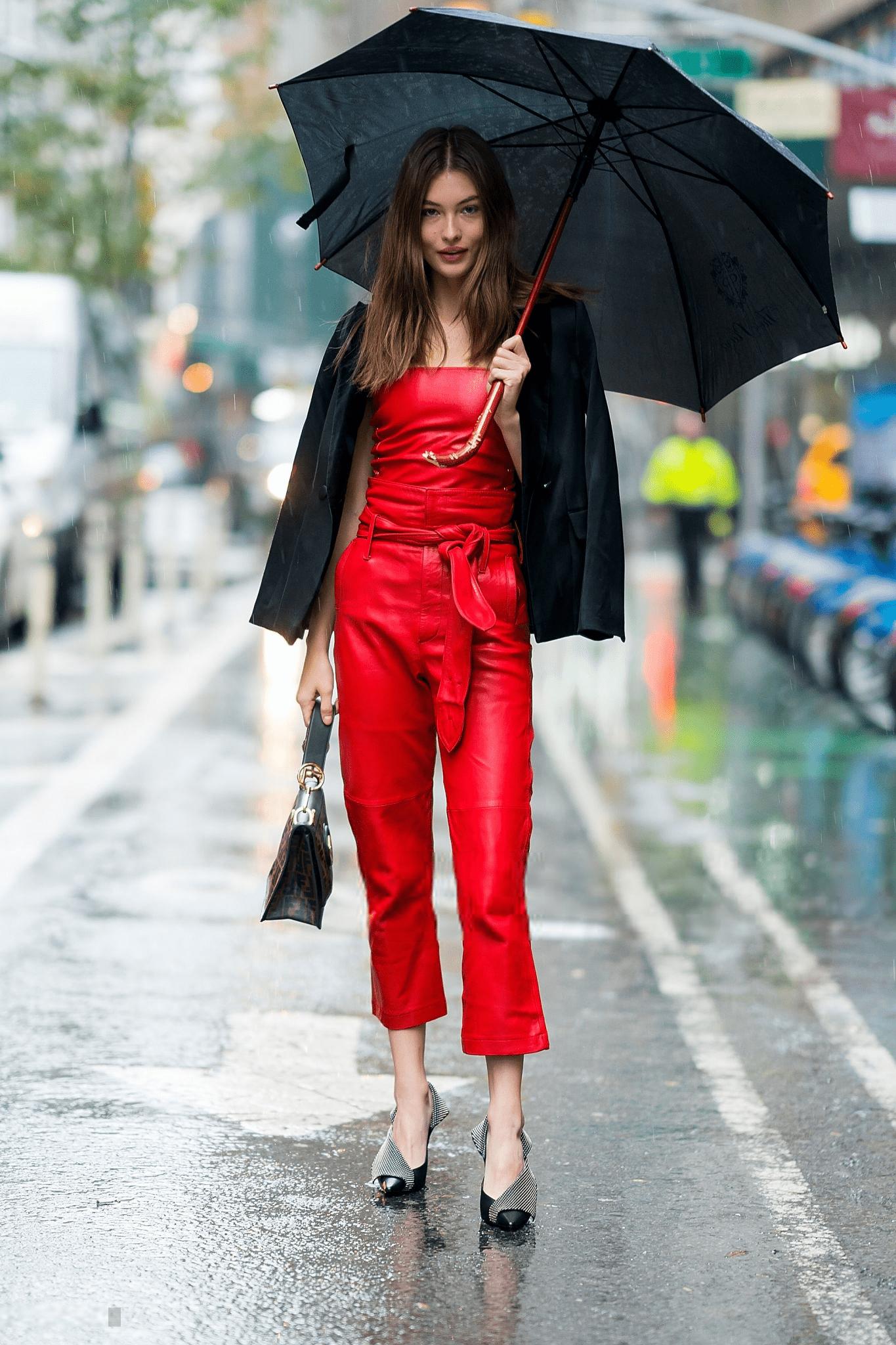 Thiên thần Victoria's Secret Grace Elizabeth diện áo, quần paper bag cùng blazer đen và túi xách đen