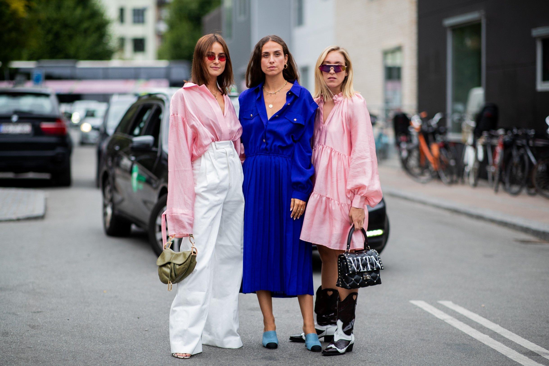 phong cách thời trang Lagom ba cô gái mặc đồ xanh hồng