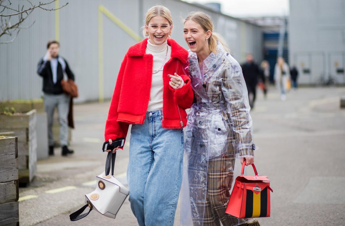 phong cách thời trang Lagom hai fashionista dạo trên phố