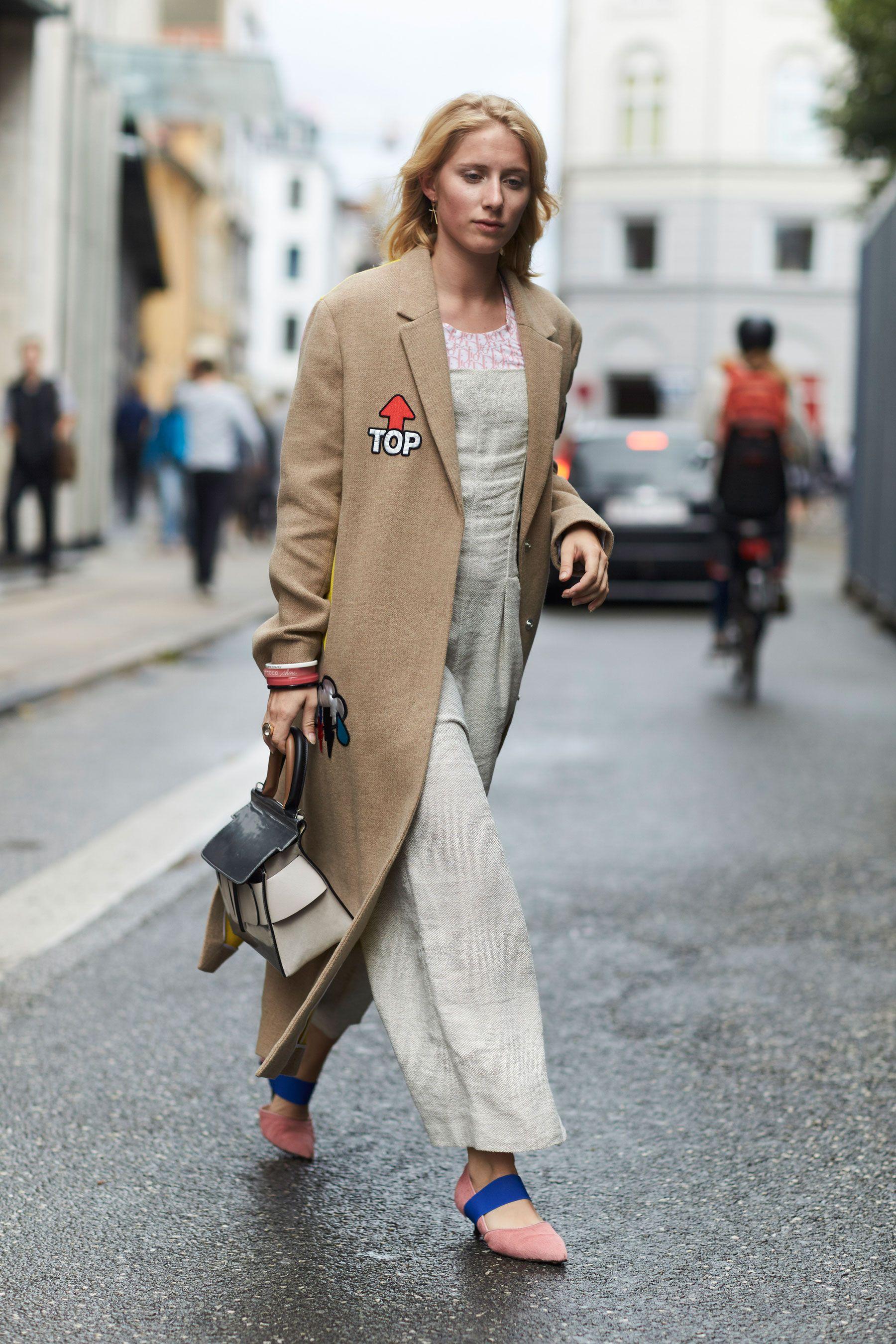 phong cách thời trang Lagom cô gái mặc áo trench coat màu be