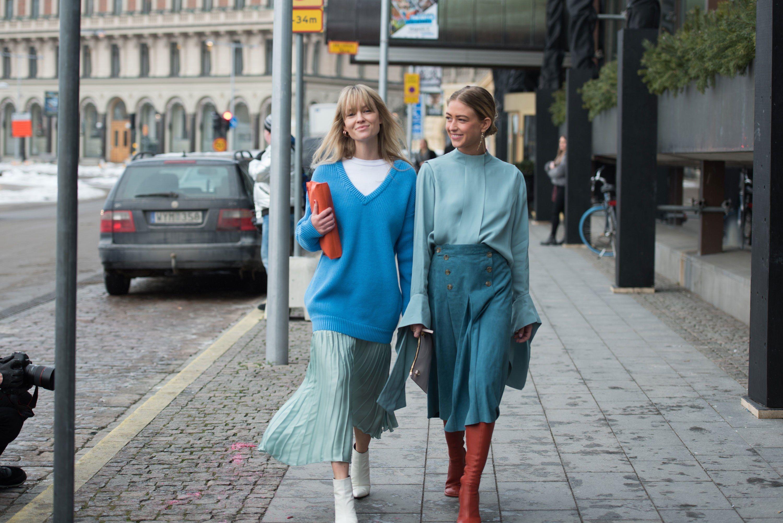 phong cách thời trang Lagom hai cô gái mặc đồ màu xanh da trời