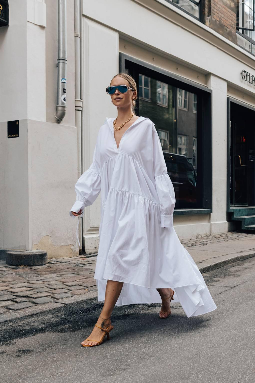 phong cách thời trang Lagom cô gái mặc đầm trắng