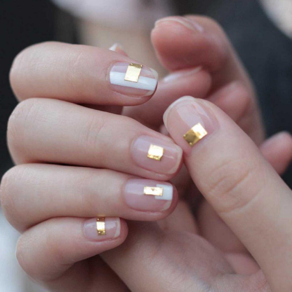 mẫu vẽ móng tay cuối năm - gold