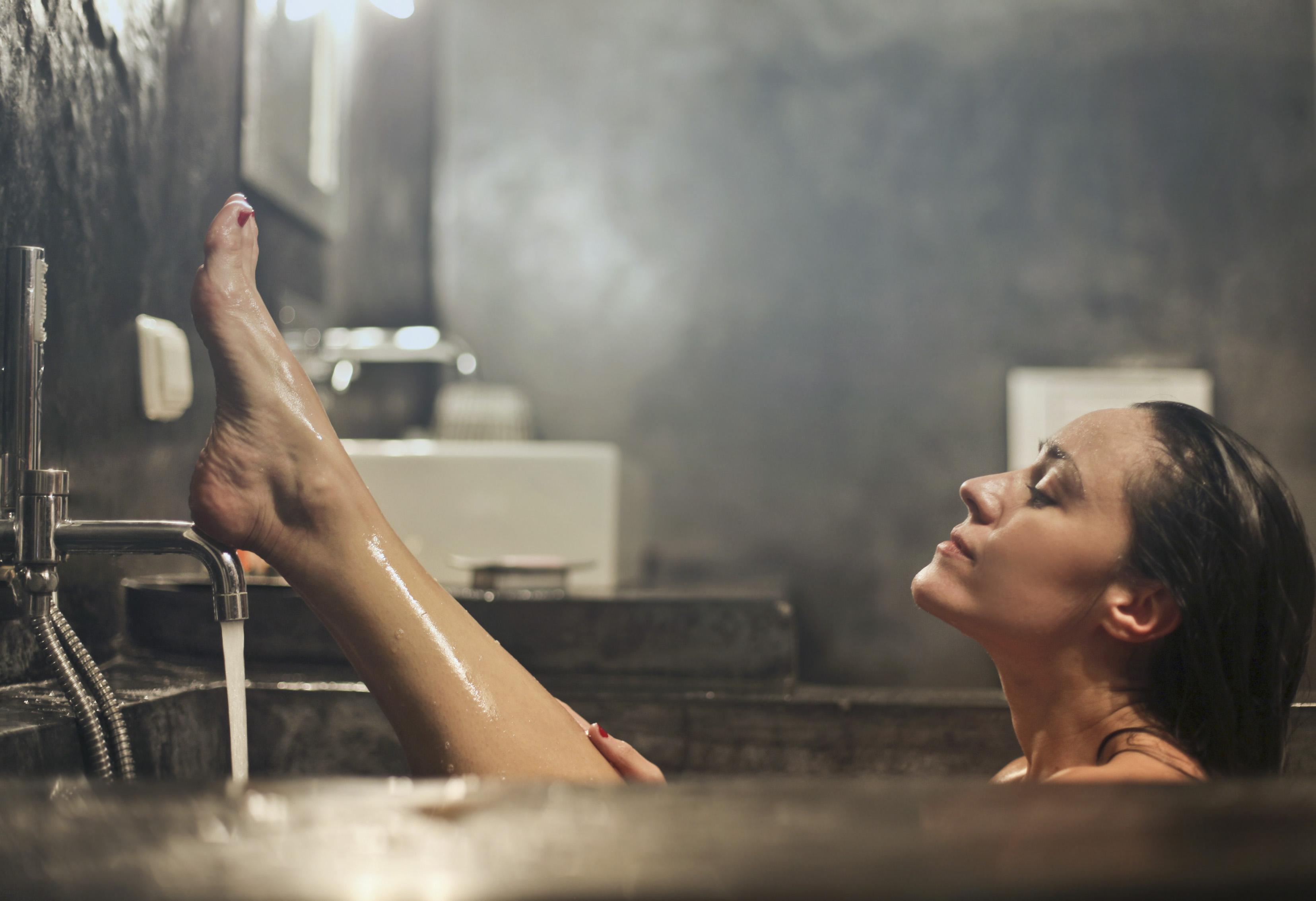 Thoa kem dưỡng ngay sau khi tắm là bí quyết dưỡng da đúng cách các nàng nên thuộc nằm lòng