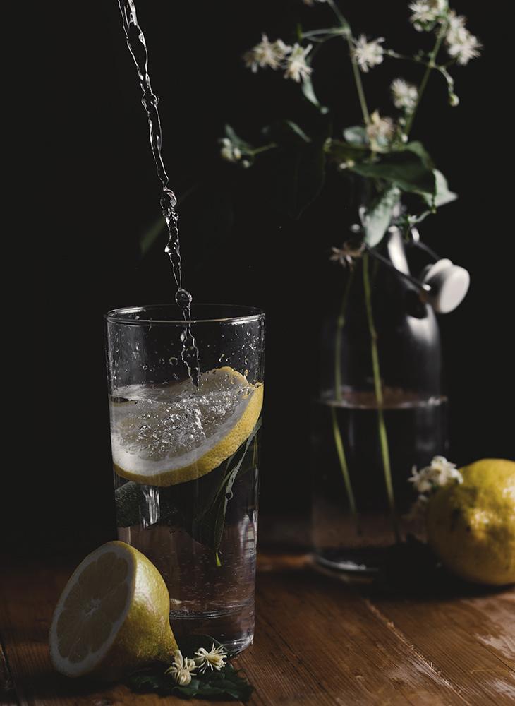 Uống đầy đủ nước là cách dễ dàng nhất để dưỡng da.