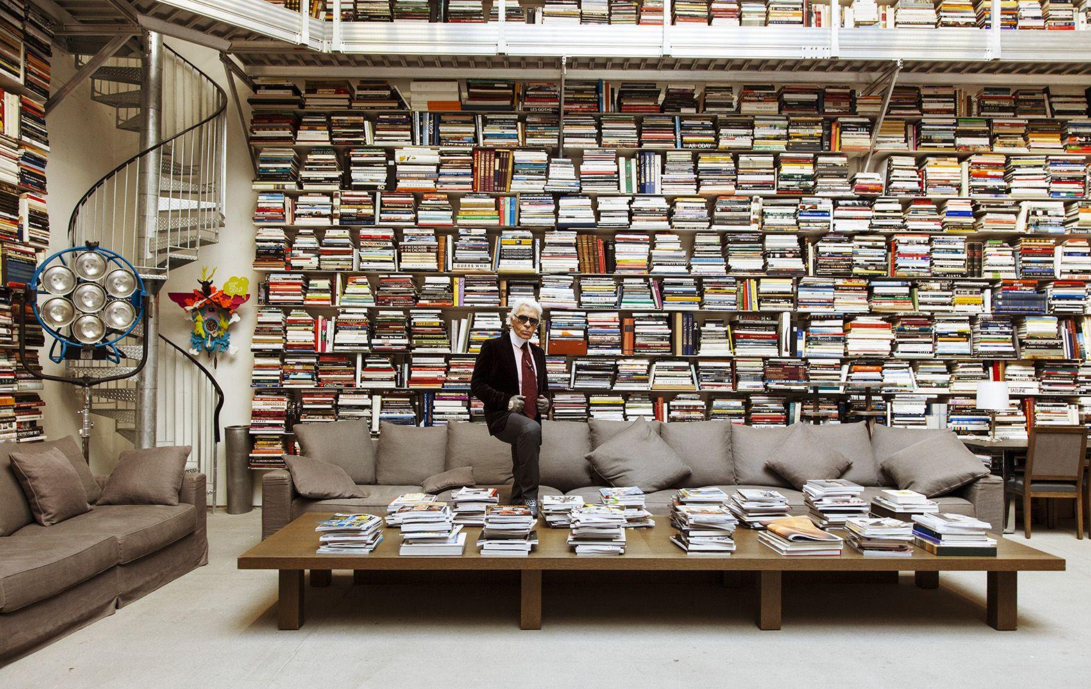 """Hé lộ gia tài sách đồ sộ của """"ông hoàng đầu bạc"""" Karl Lagerfeld"""