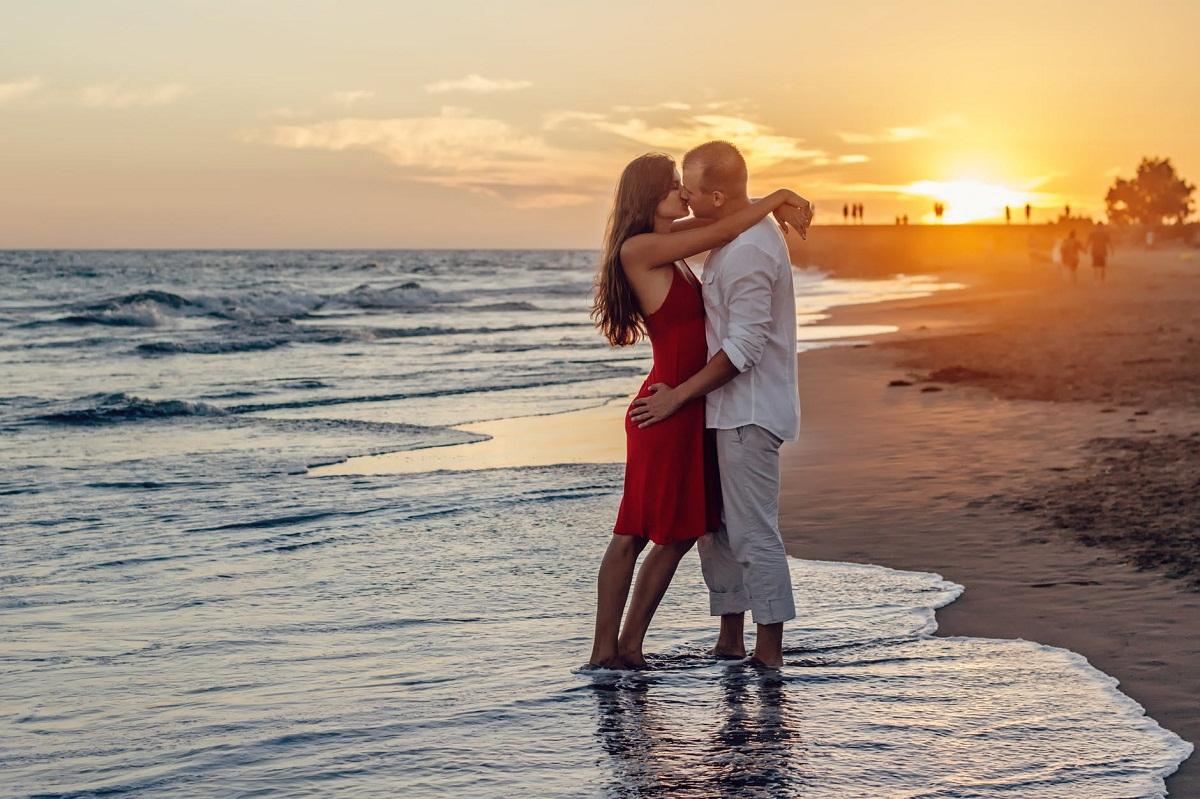 Ý nghĩa đằng sau những kiểu hôn kinh điển trong tình yêu | ELLE