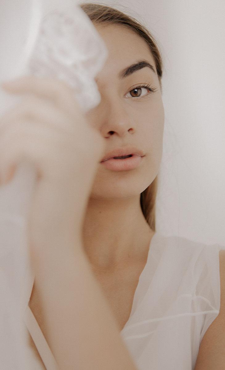 Rửa mặt và tẩy da chết thật sạch để da sáng hơn. Ảnh: unplash