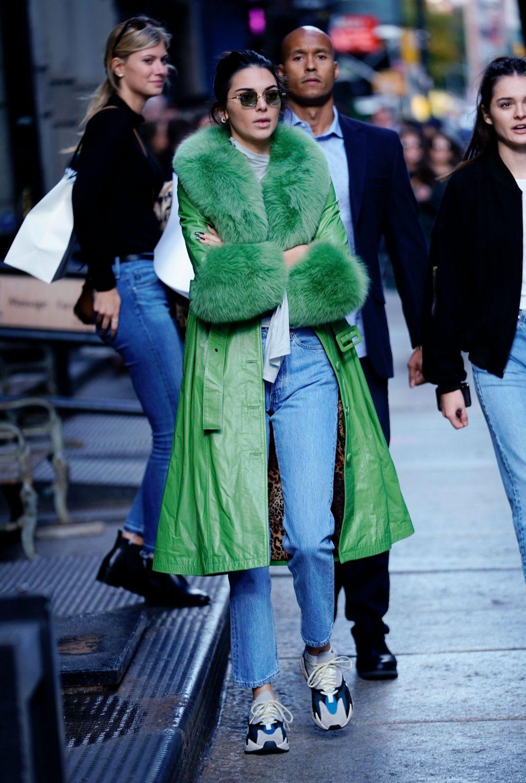 """Áo khoác viền lông – Xu hướng thời trang đang """"thống trị"""" mạng xã hội Instagram 10"""