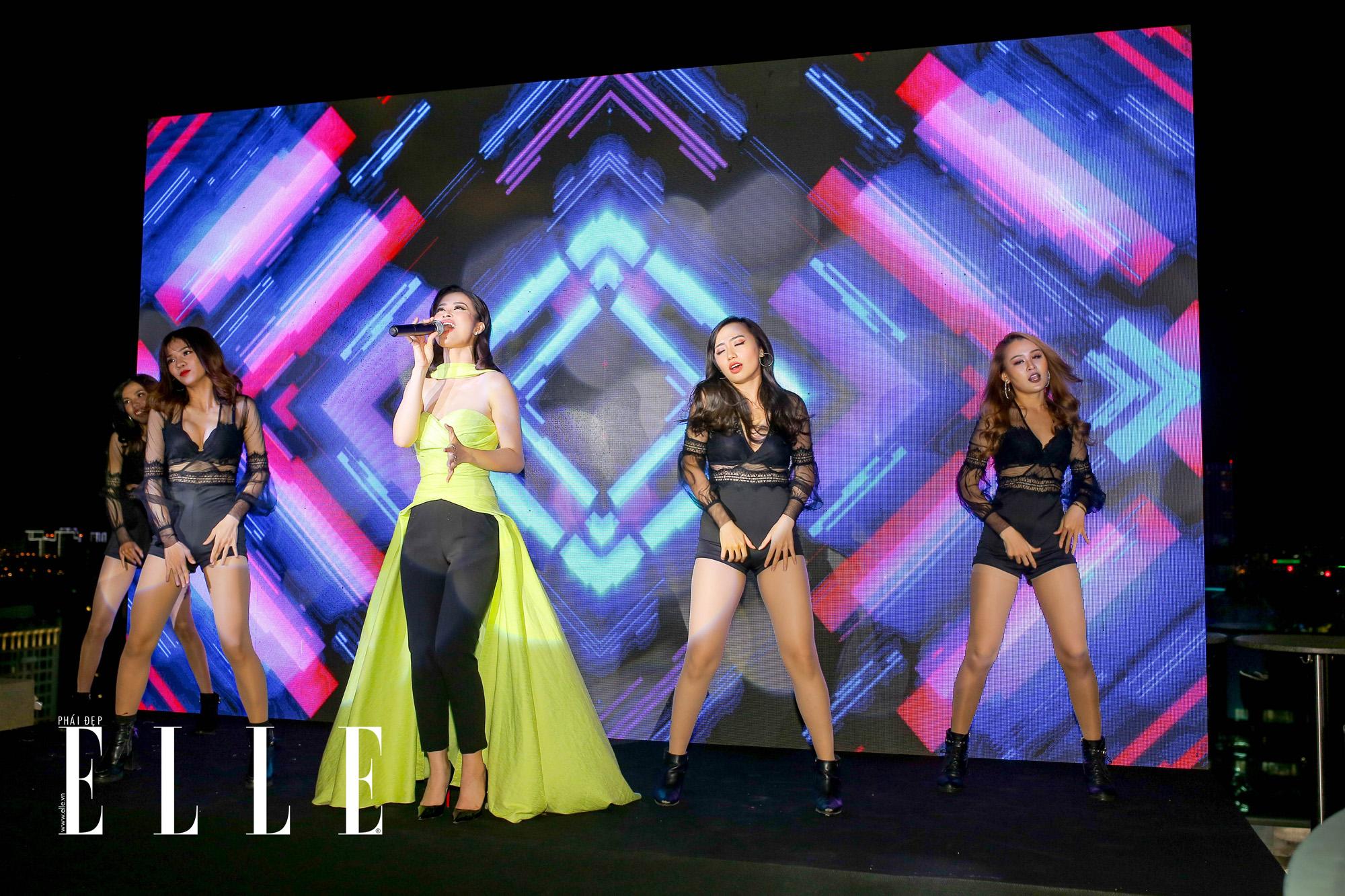 Nữ ca sĩ xinh đẹp, đa tài Đông Nhi đã có màn trình diễn vô cùng sôi động tại sân khấu ELLE Beauty Awards 2019.