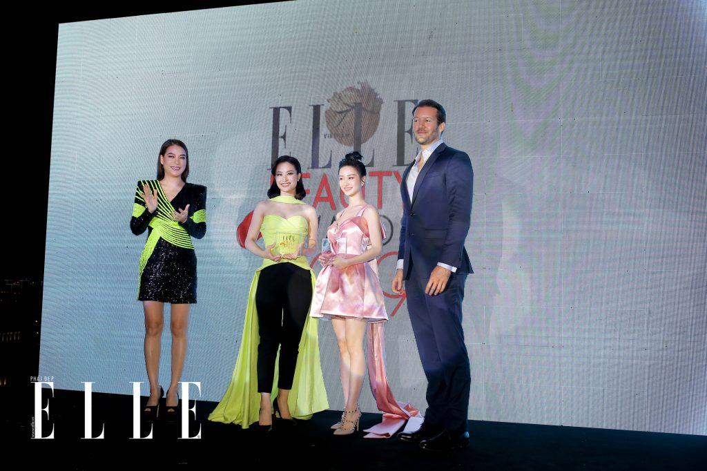 Ca sĩ Đông Nhi và diễn viên Jun Vũ nhận giải thưởng cho các hạng mục Best Hair Of The Year và Best Face Of The Year tại khuôn khổ ELLE Beauty Awards 2019.