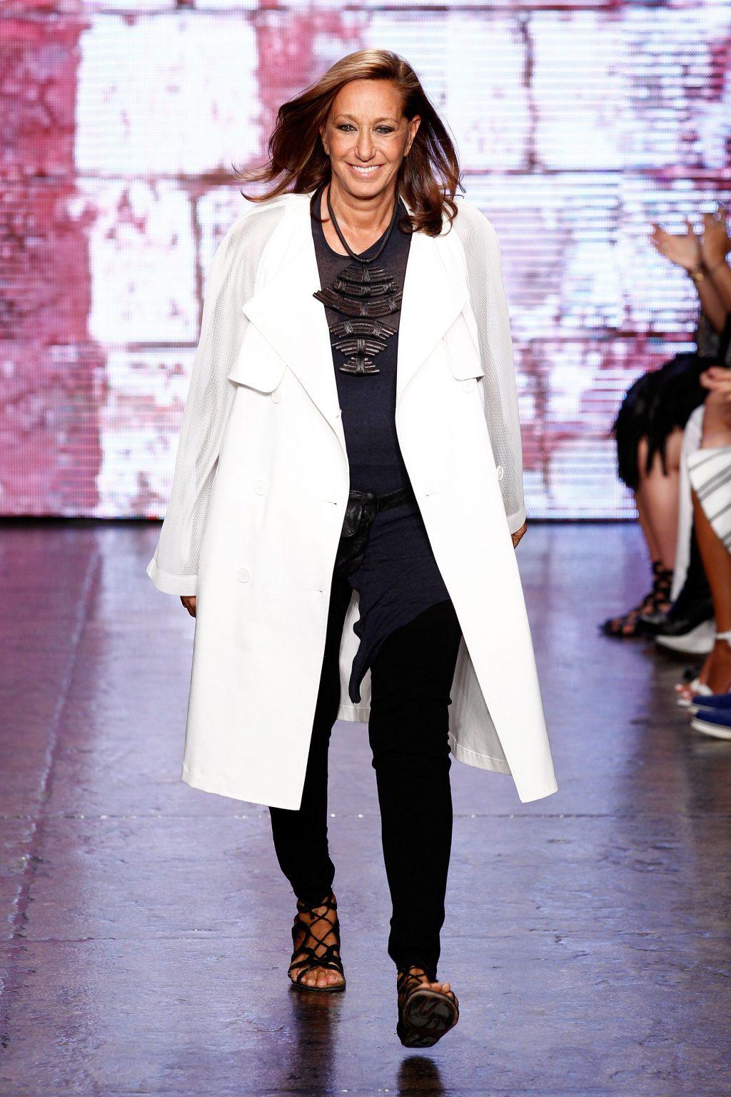 NTK Donna Karan mặc trench coat trắng, quần skinny đen và sandal