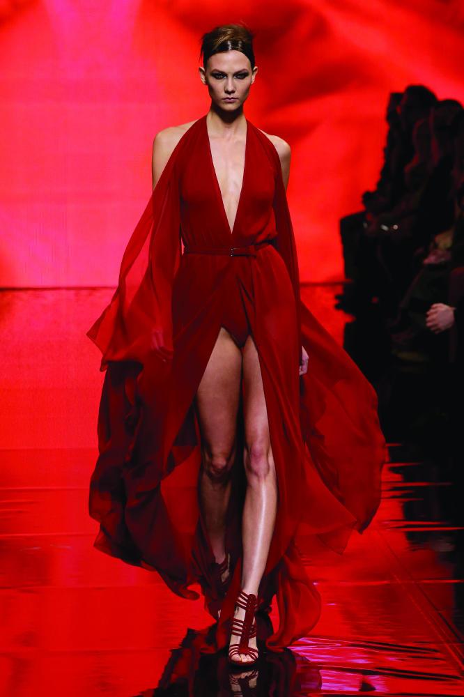 karlie kloss mặc đầm đỏ trình diễn trên sàn diễn của donna karan