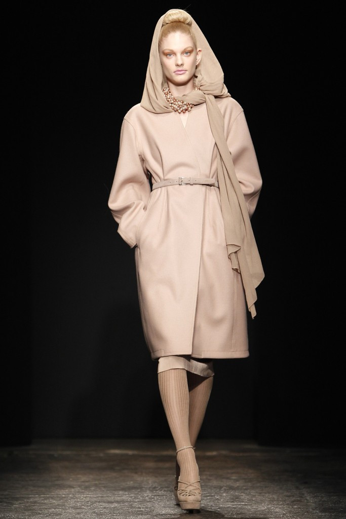 người mẫu mặc trench coat màu beige và giày cao gót nude
