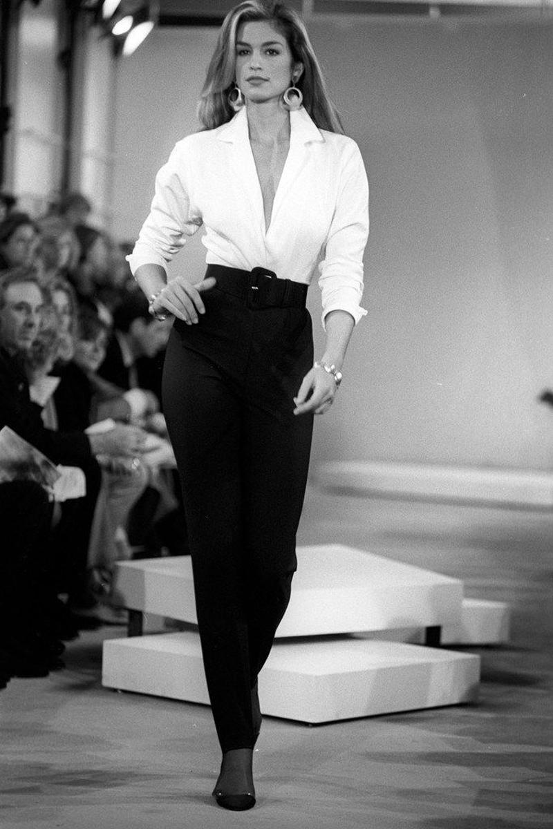 người mẫu mặc sơmi trắng quần âu giày cao gót gợi ý tủ quần áo tối giản