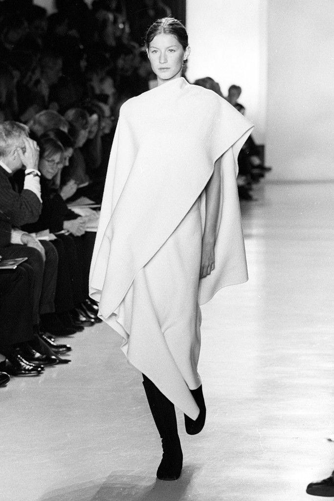 người mẫu mặc đầm bất đối xứng trên sàn diễn của donna karan