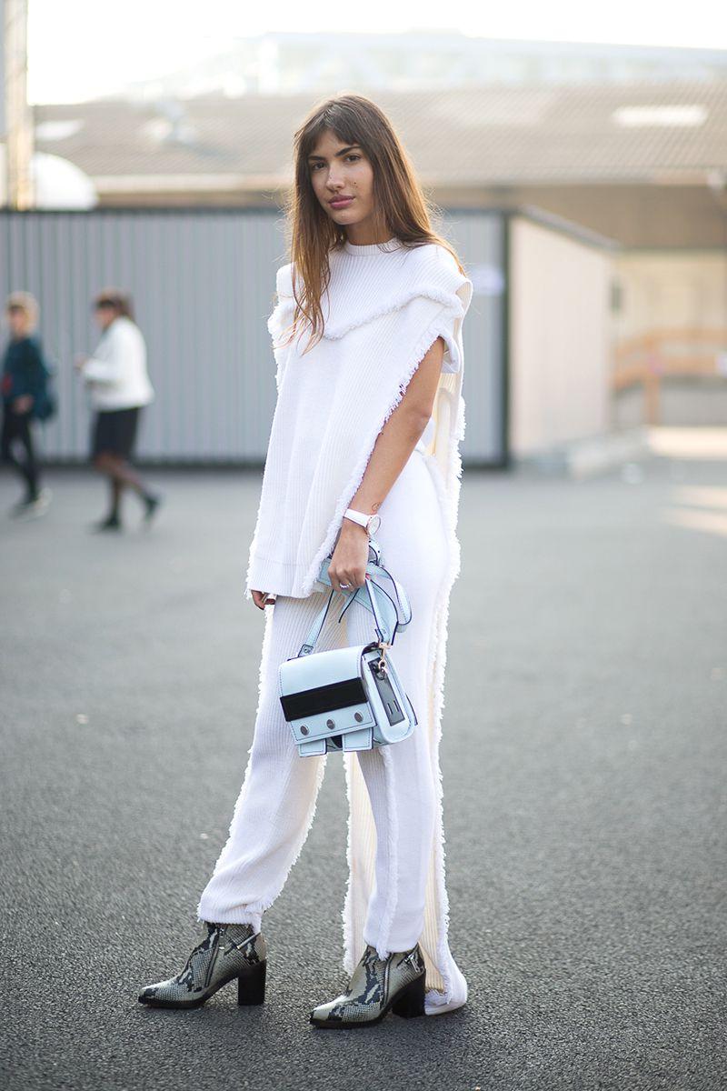 Trang phục màu trắng với giày khác màu