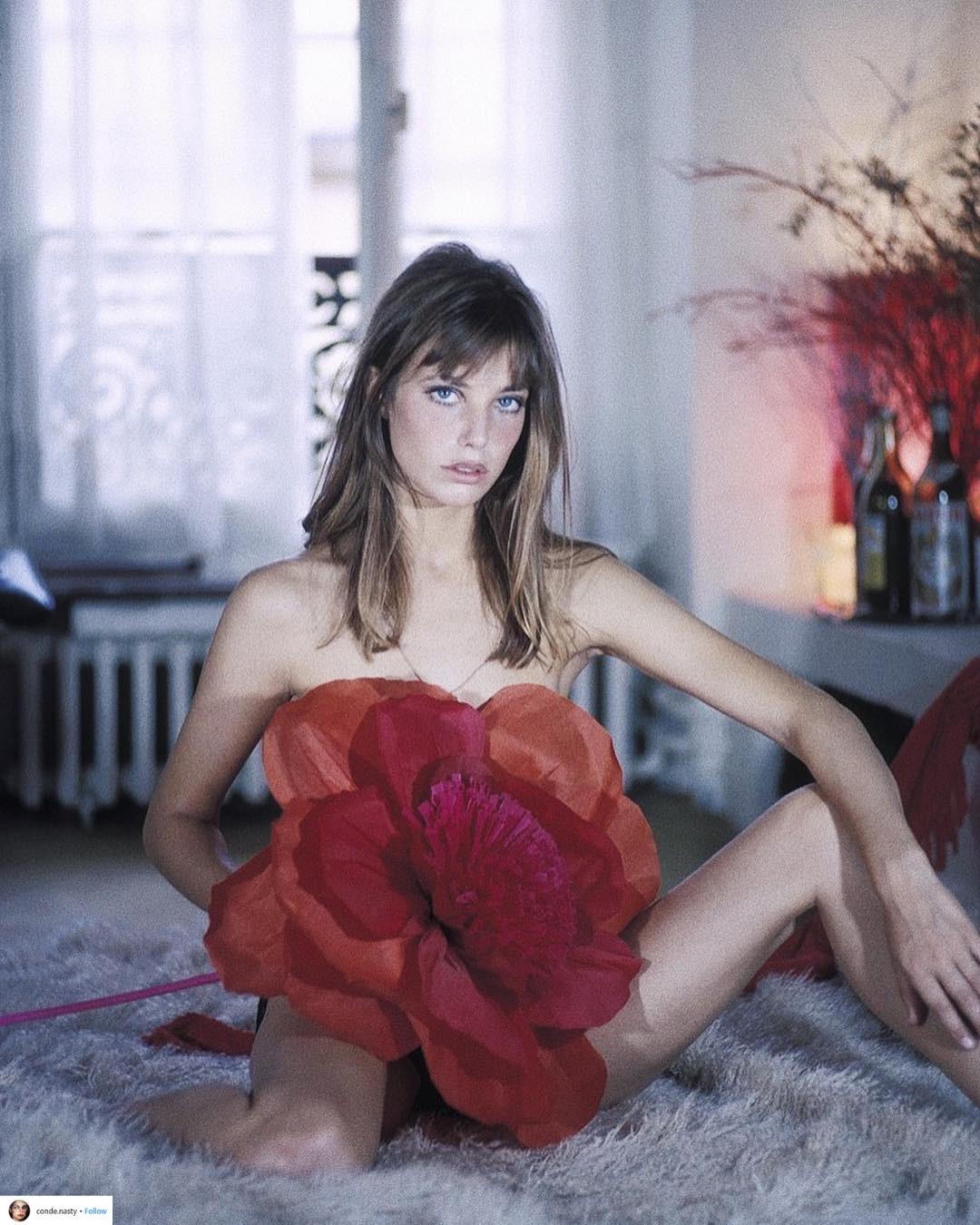 tài khoản Instagram thời trang conde.nasty đăng tải ảnh của Jane Birkin mặc đầm hoa màu đỏ