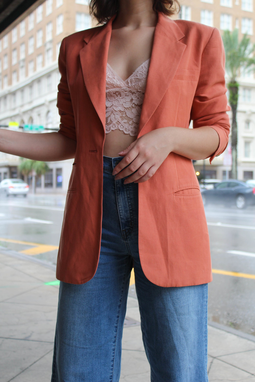 áo bralette ren và áo blazer màu cam san hô