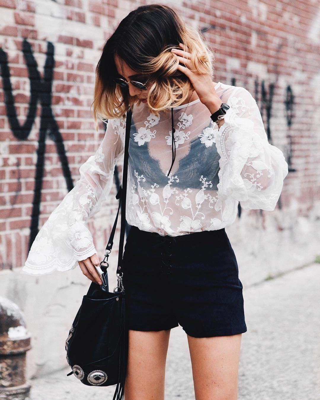 áo lót ren đen và áo xuyên thấu màu trắng