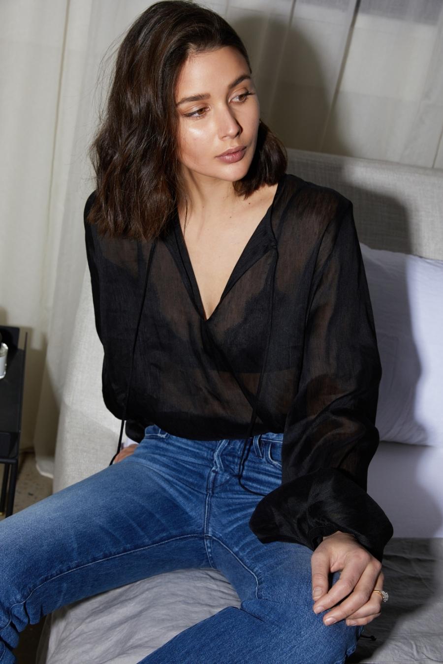 áo bralette và áo sơ mi màu đen