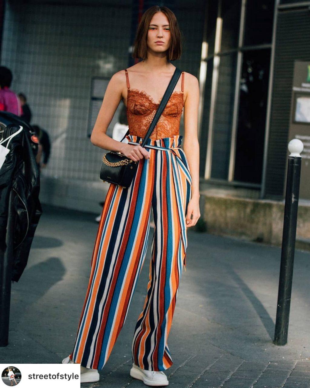 áo lót ren màu cam mặc cùng quần ống rộng kẻ sọc