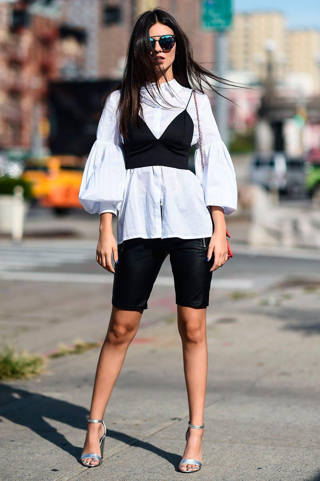 bralette mặc ngoài áo sơ mi và kết hợp cùng quần shorts đạp xe