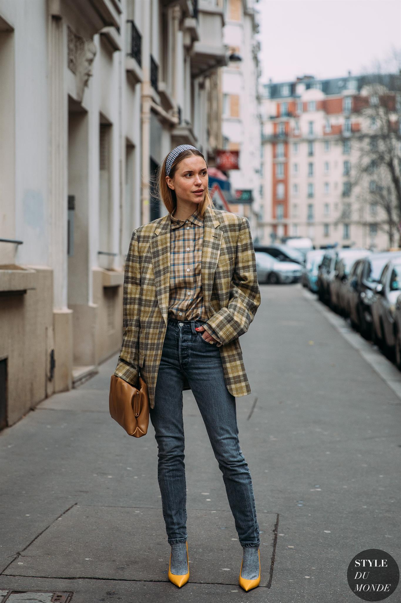 fashionista diện áo sơmi kẻ ô, blazer kẻ ô, quần jeans cạp cao và băng đô kẻ ô màu đen trắng