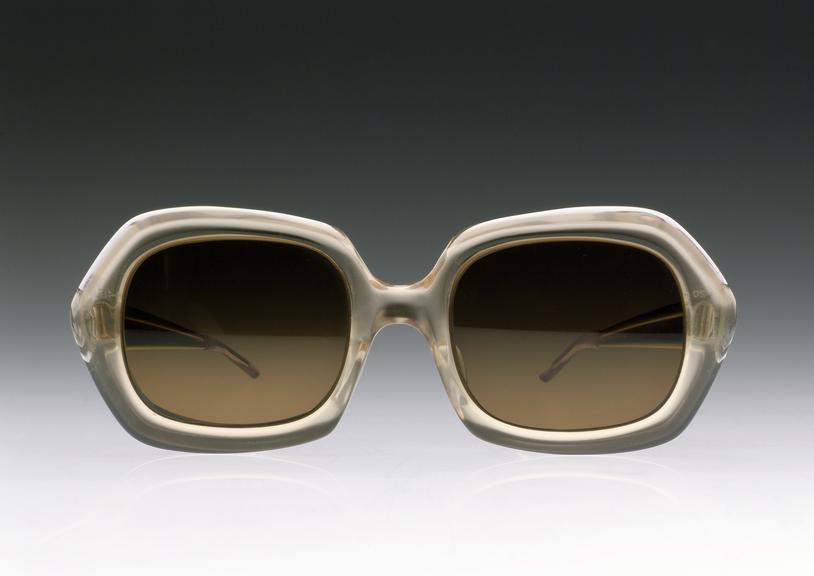 Lịch sử kính mắt thời trang kính chống tia cực tím