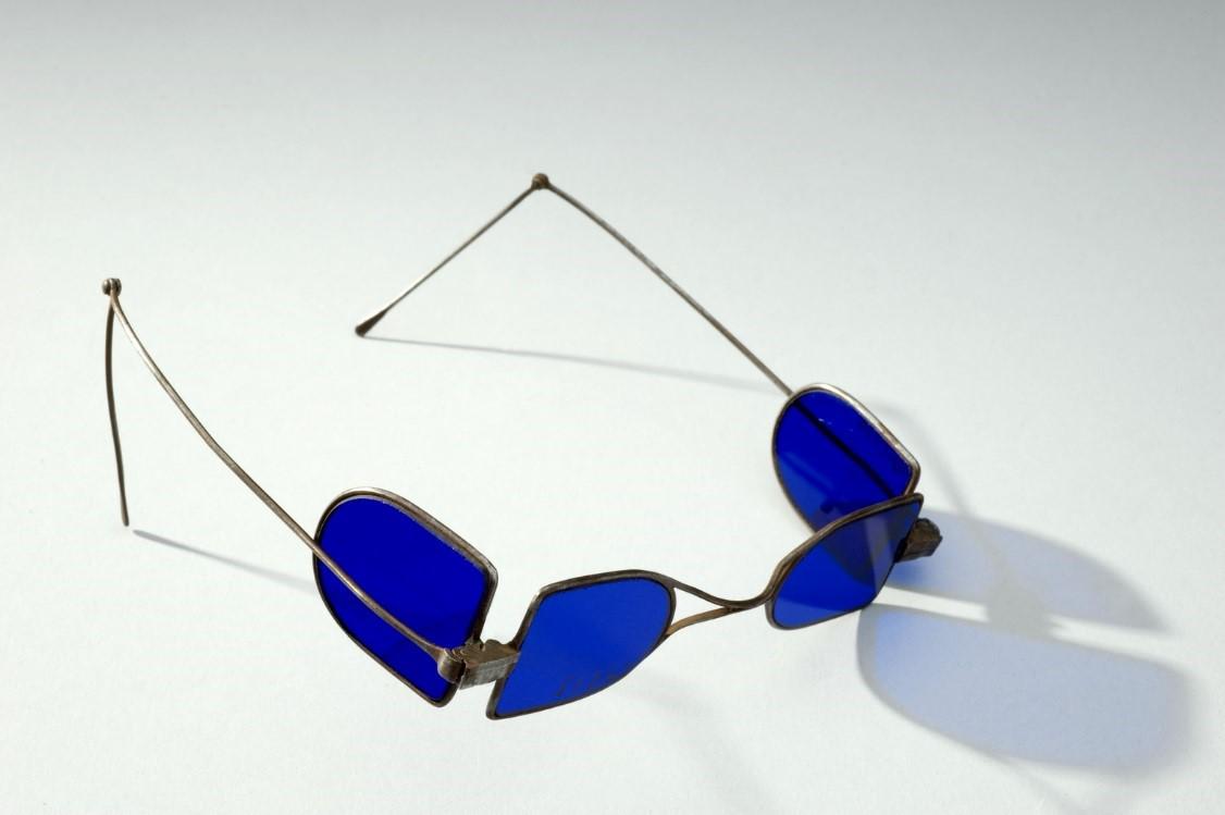 Lịch sử mắt kính thời trang kính xanh dương Anh Quốc