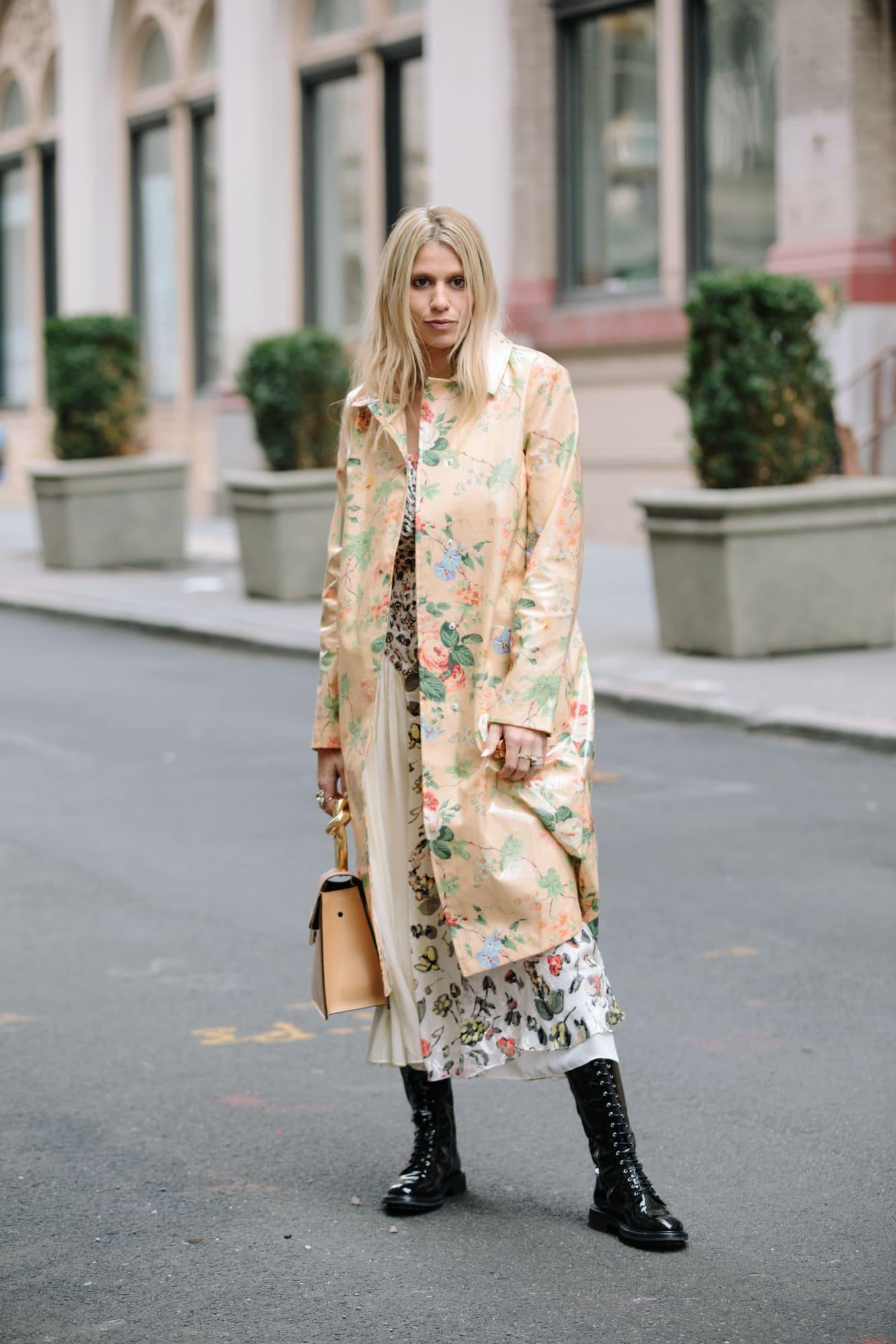 phối đồ nhiều họa tiết với đầm hoa và áo khoác hoa
