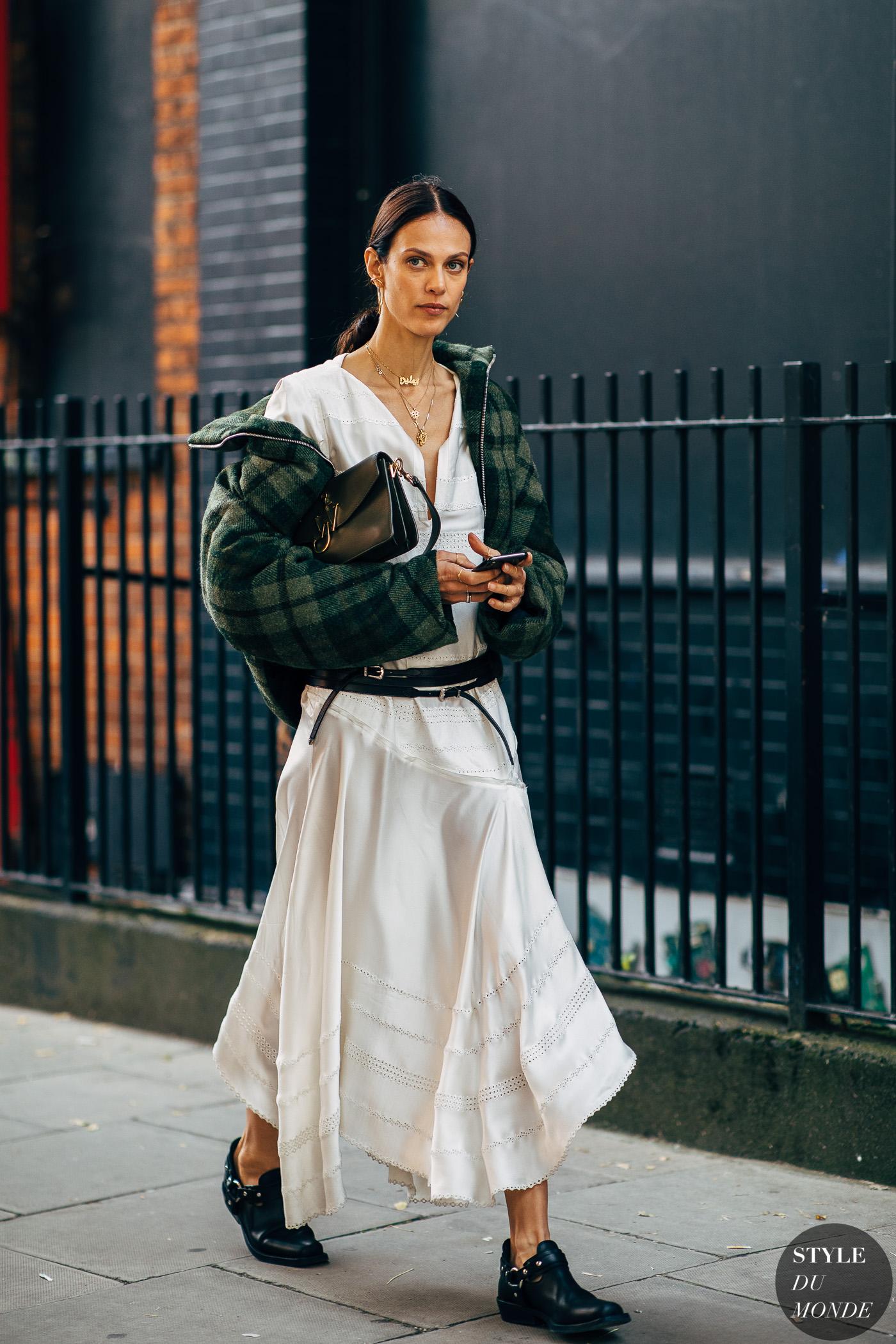 cô gái kết hợp đầm trắng và áo khoác bomber kẻ ô