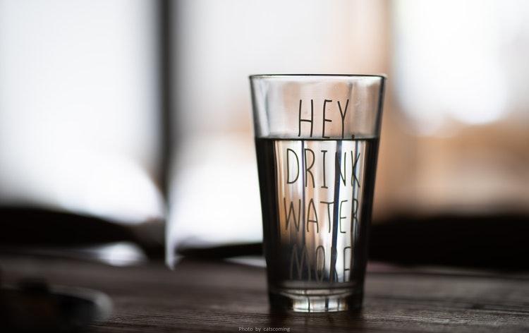 Uống nước lọc trước và trong khi uống rượu giúp giữ dáng đẹp
