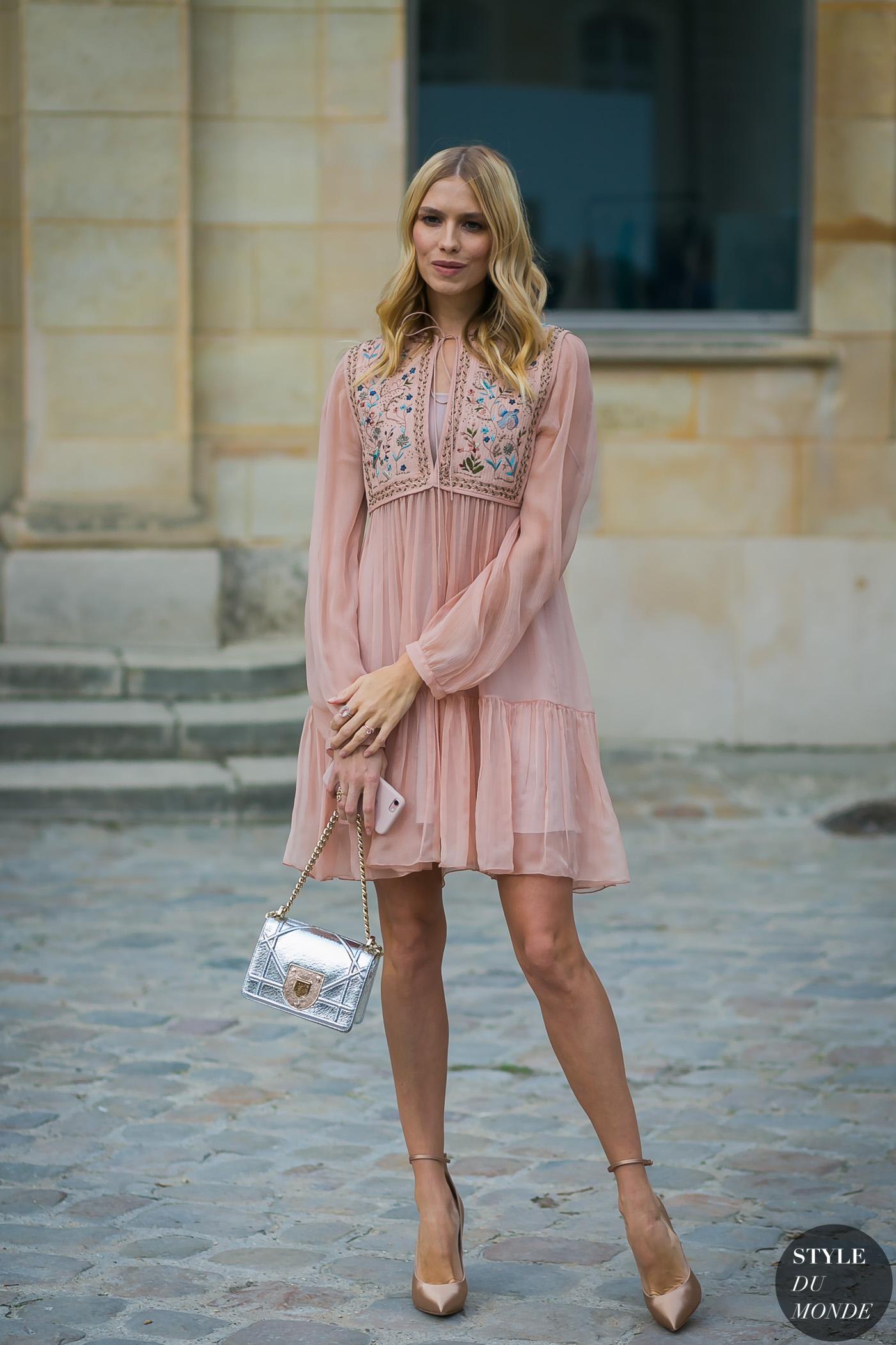 thời trang công sở - đầm voan màu hông pastel và giày cao gót màu nude
