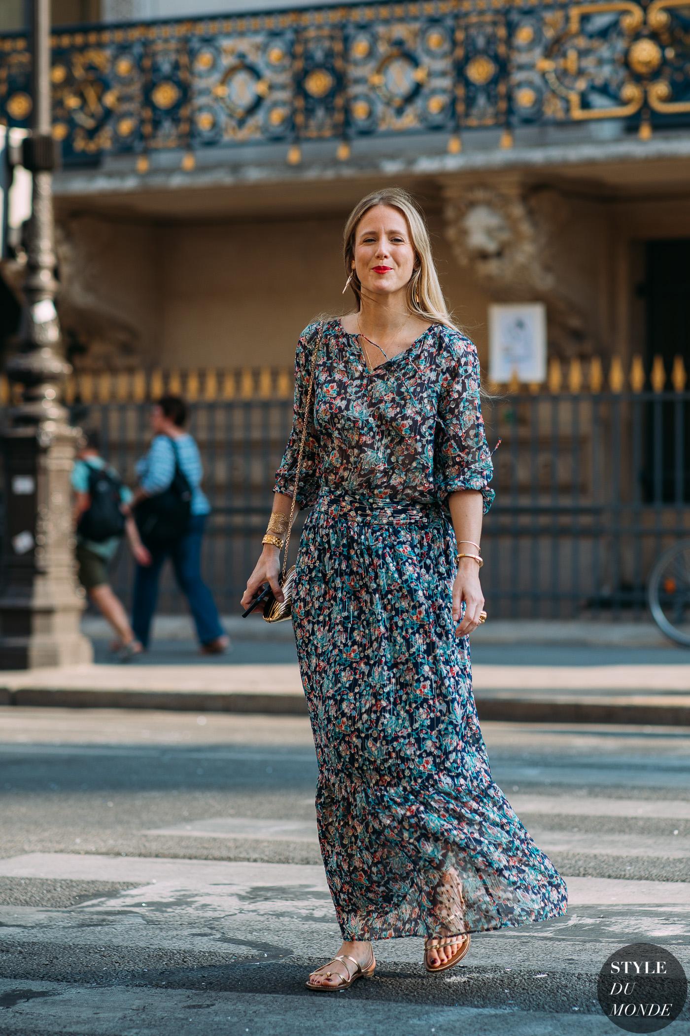 thời trang công sở - đầm họa tiết hoa và giày sandals
