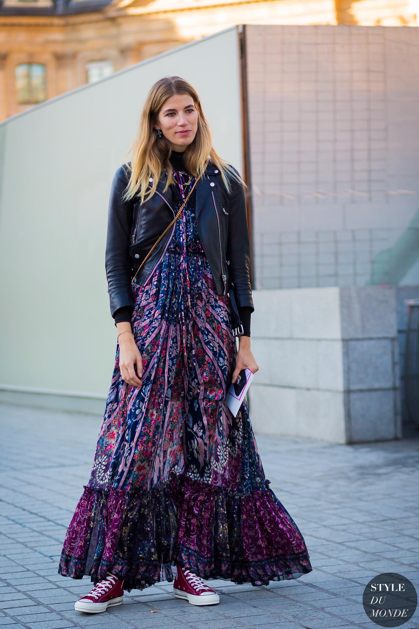 thời trang công sở với đầm họa tiết hoa dáng dài và áo khoác da