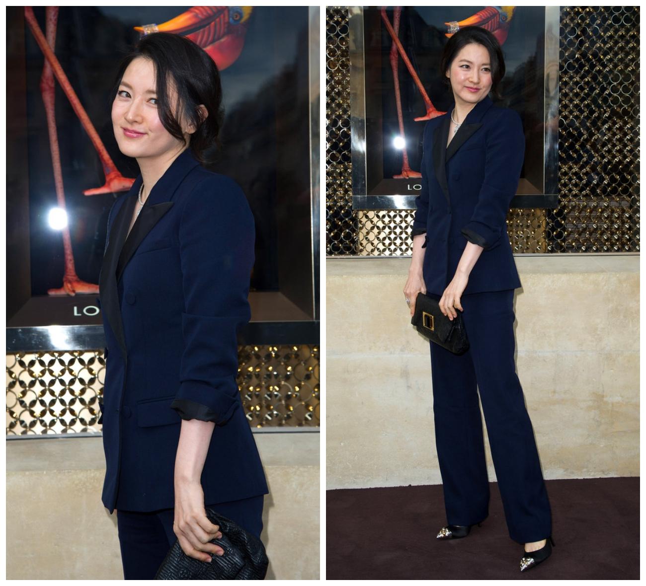 Bộ suit màu xanh đậm của Lee Young Ae được điểm thêm vòng cổ kim cương sang trọng. (Nguồn Ảnh: Dailynews)