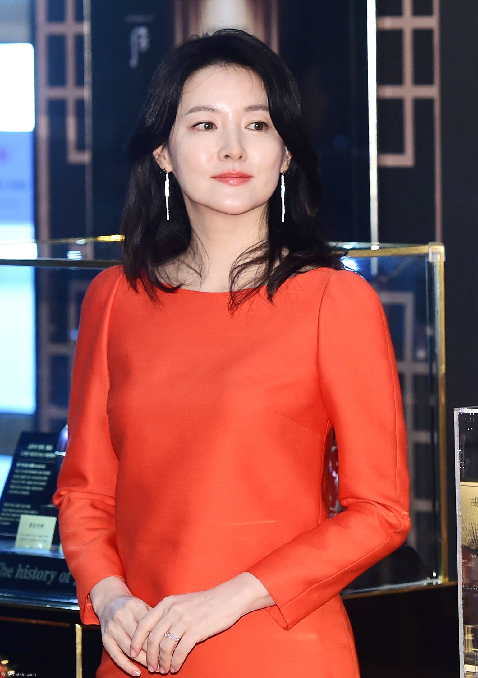 Đầm đơn sắc tinh tế tạo dáng vẻ lịch thiệp cho Young Ae khi tham dự sự kiện. (Nguồn Ảnh: Asiancelebs)
