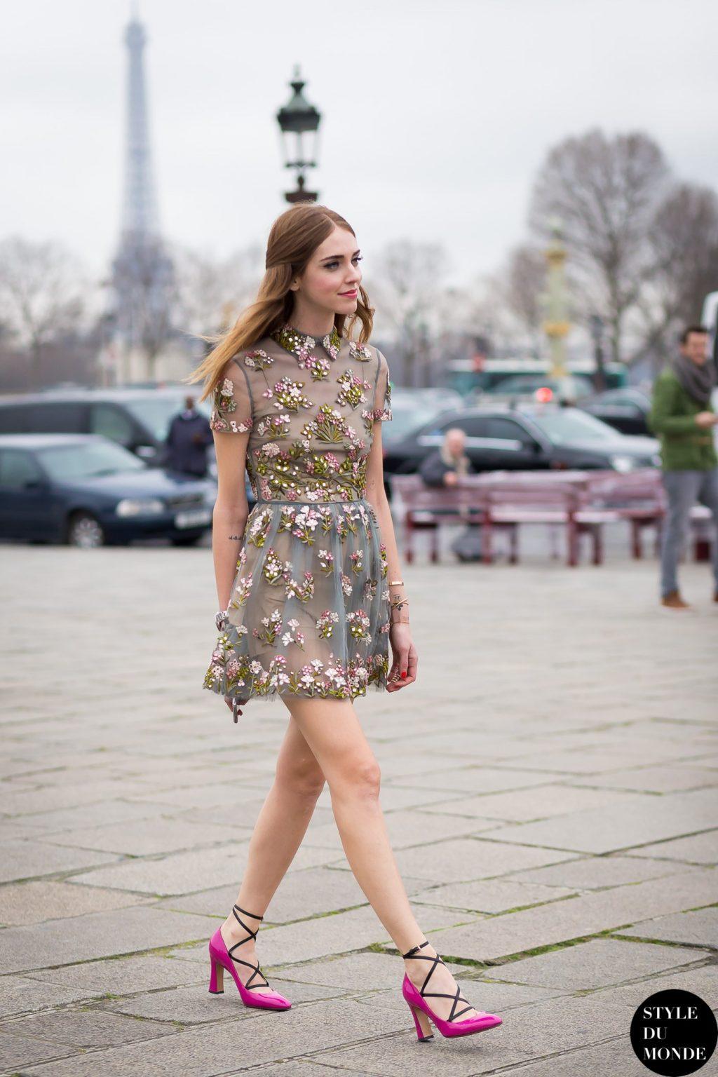 thời trang vintage đầm hoa và giày cao gót dạo phố
