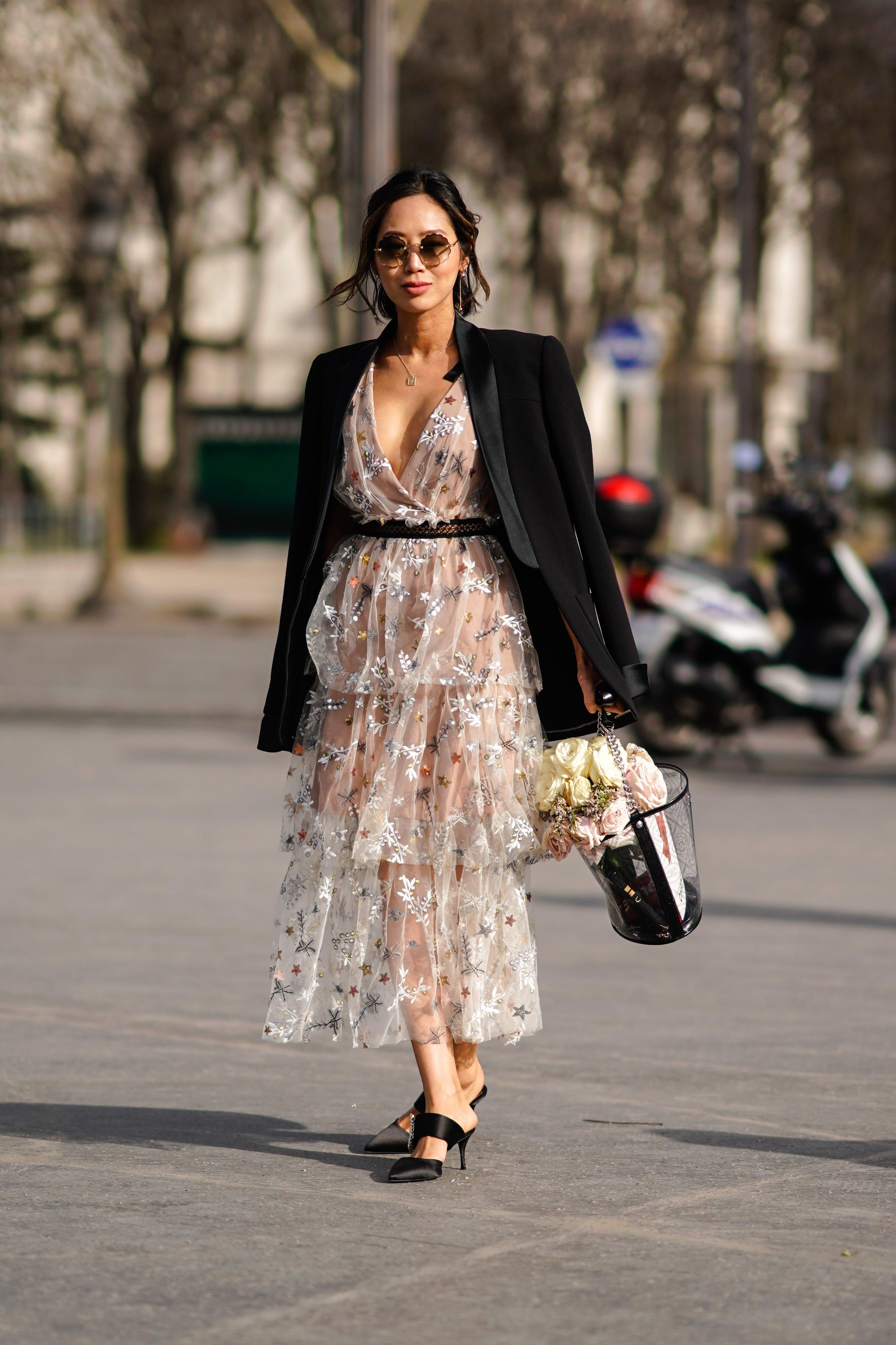 thời trang vintage đầm hoa và áo vest dạo phố