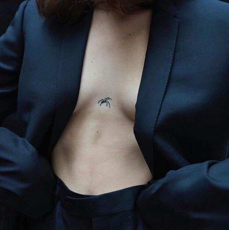 """Hình xăm nhện be bé giữa khe ngực chẳng khác nào một lời """"thách thức"""" đầy nữ tính khi yêu"""