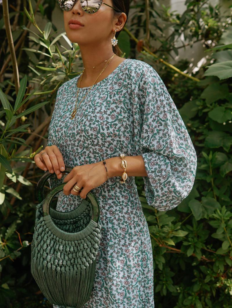 song of style diện đầm hoa và túi đan lưới màu xanh