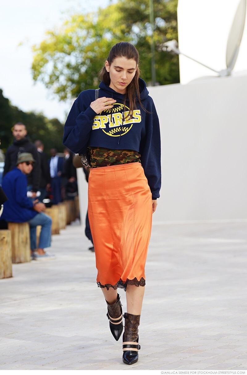 áo hoodie màu xanh navy phối với chân váy màu cam