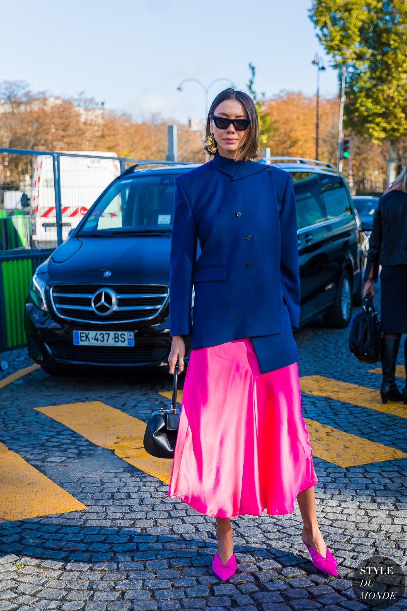 phối trang phục xanh navy với gam màu hồng