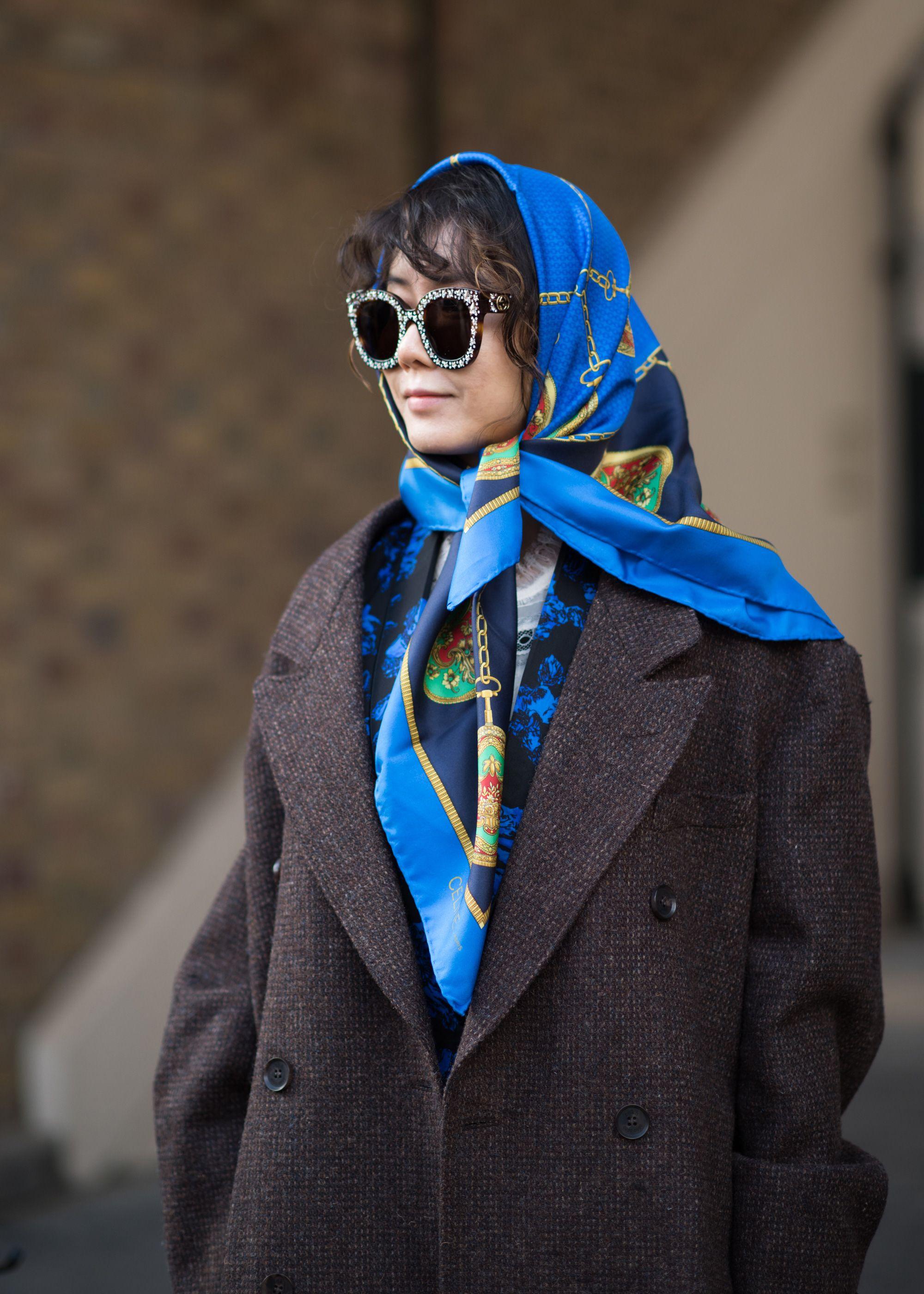 khăn choàng xanh navy và áo khoác dạ màu nâu