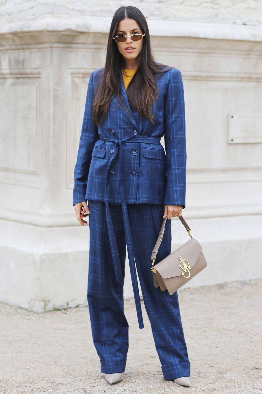 kết hợp màu sắc trang phục tương phản với màu xanh navy và vàng