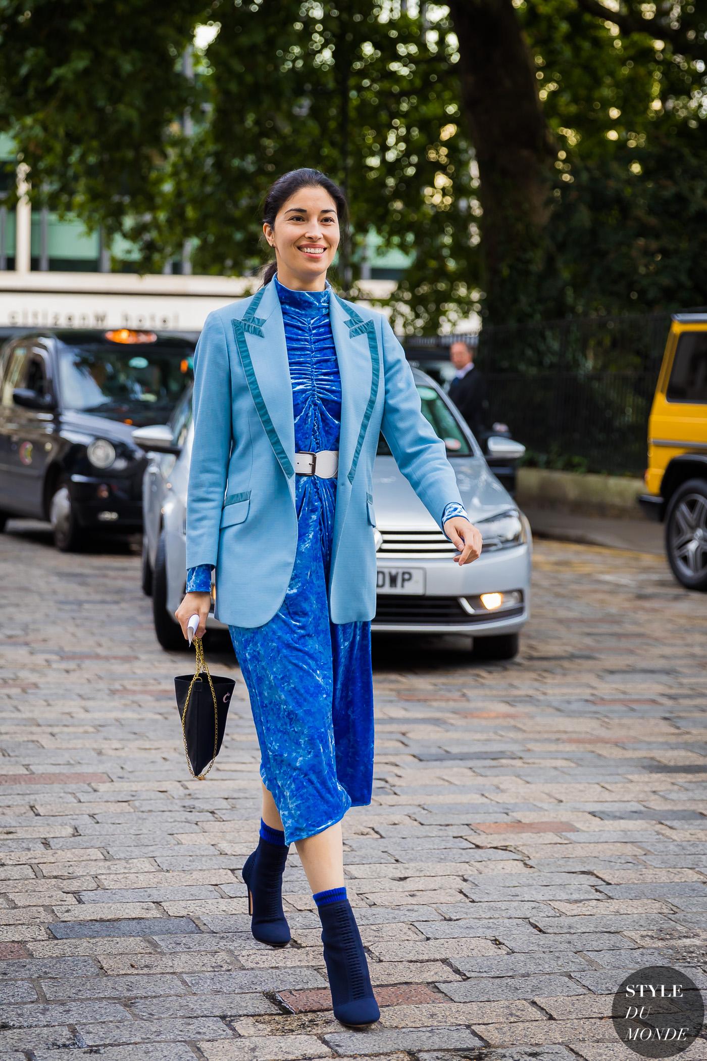 fashionista mặc áo blazer màu xanh và đầm nhung
