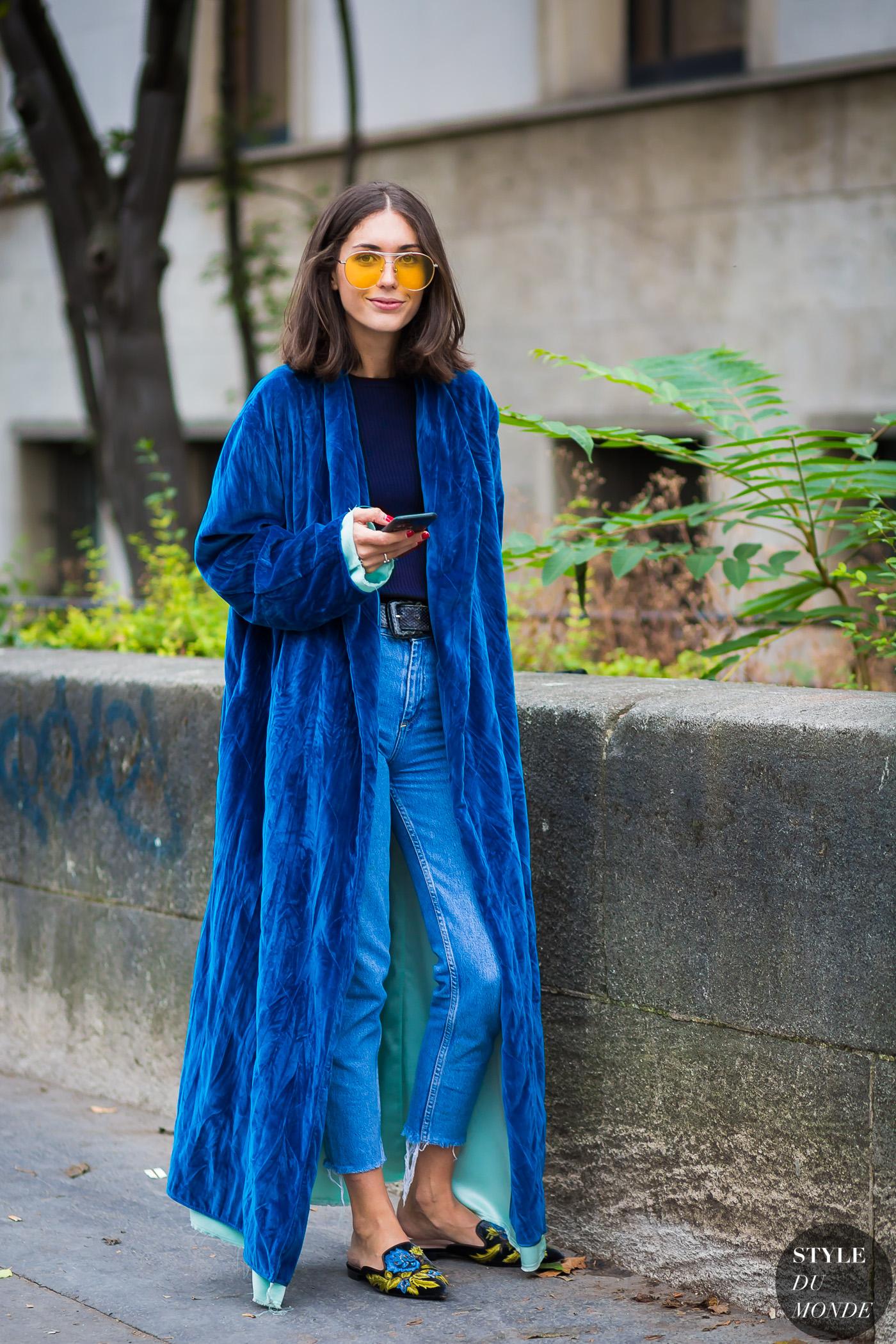 trang phục màu xanh navy kết hợp với mắt kính vàng tương phản