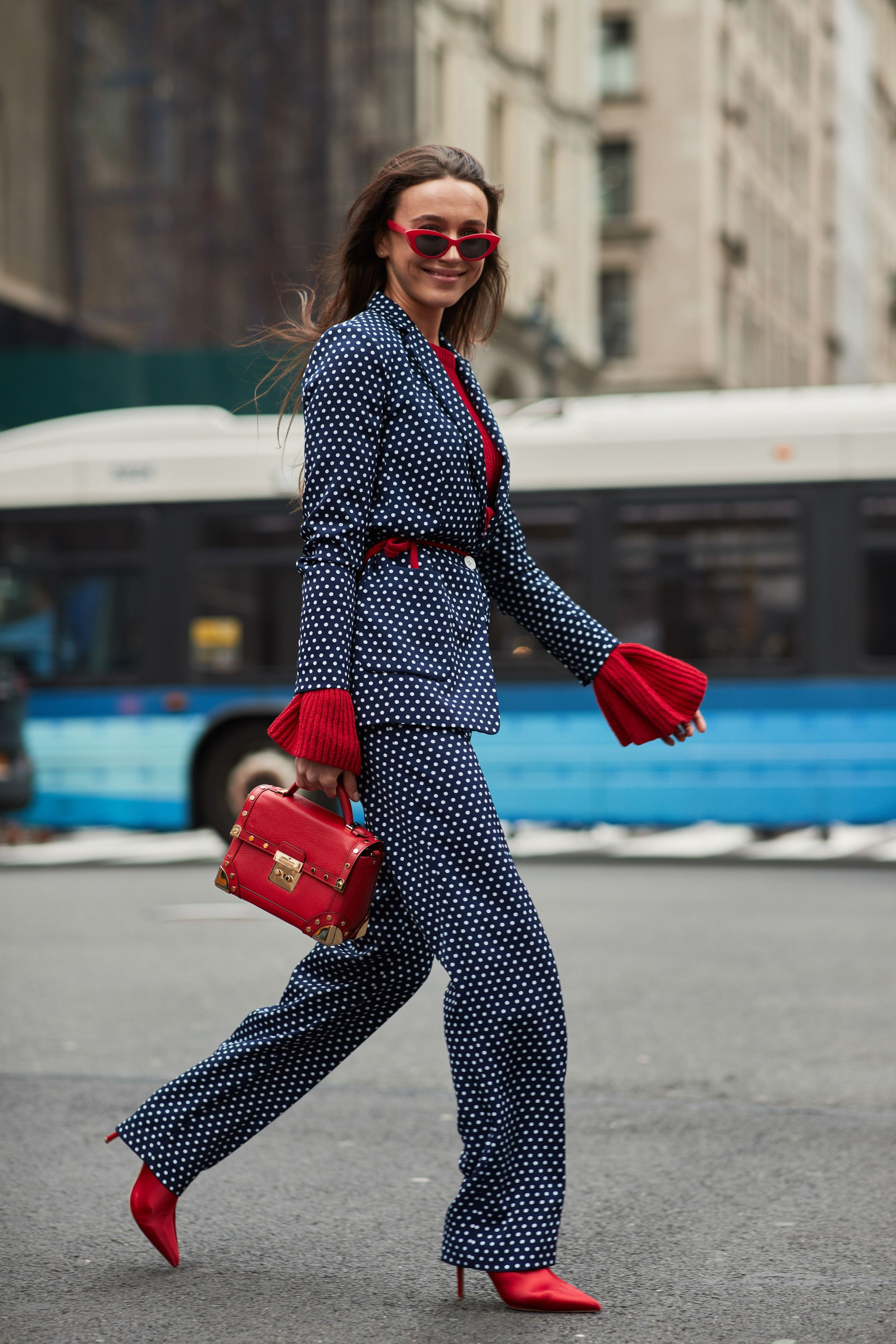 bộ suit chấm bi màu xanh navy và áo tay loe màu đỏ