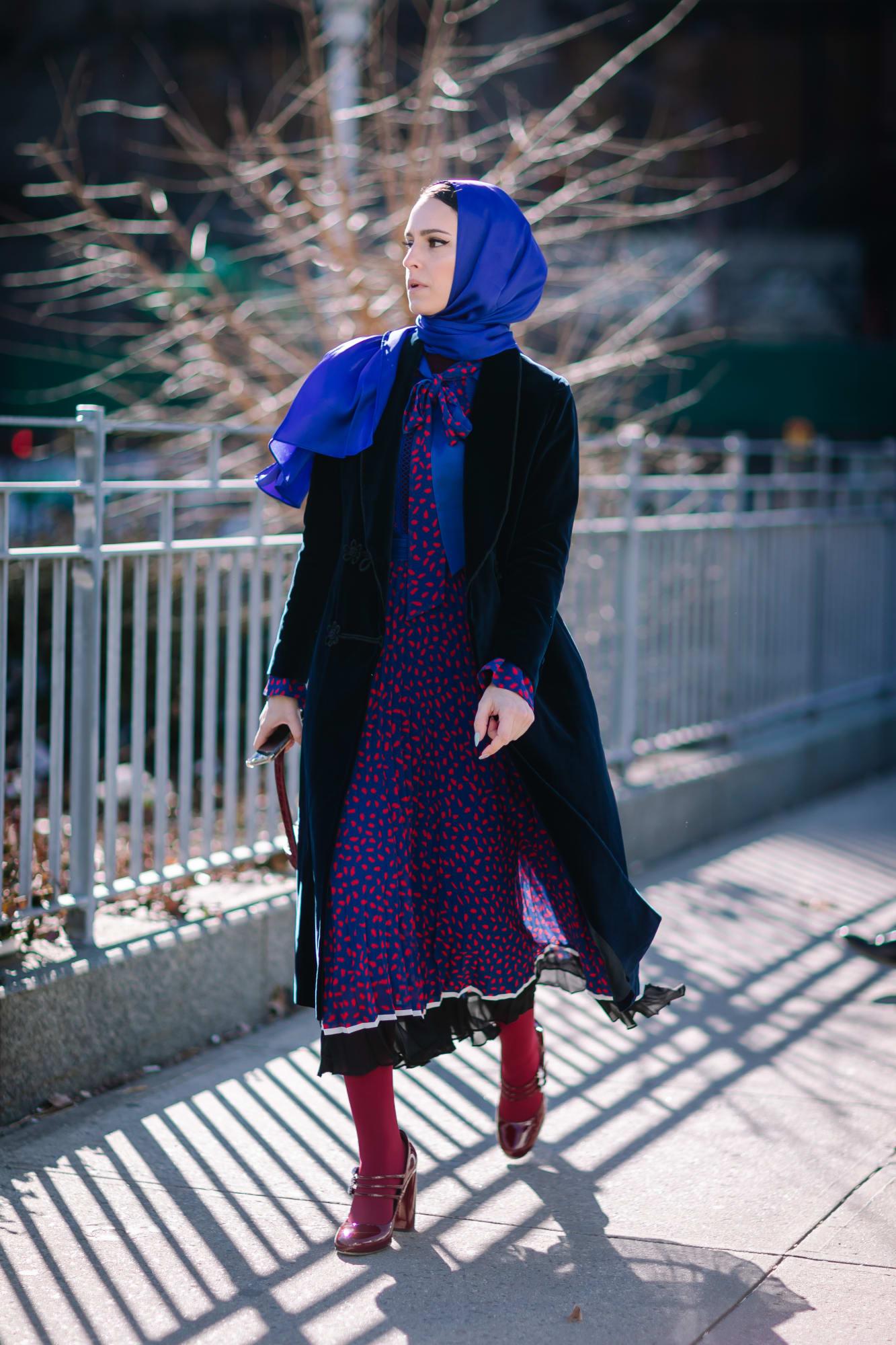 kết hợp trang phục màu xanh navy và màu đỏ